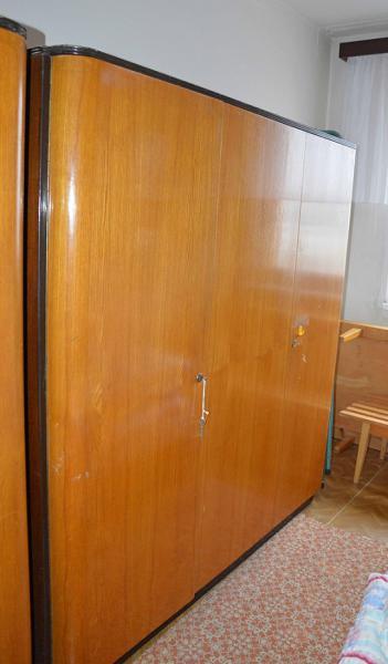 f2db60277 Darujem zachovalú 3-dverovú skriňu z masívneho dreva, vysoký lesk a veľký  úložný priestor, časť tvoria police a časť na vešanie šiat.